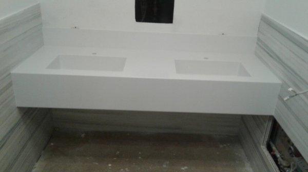 Прямая столешница в ванную с двумя мойками