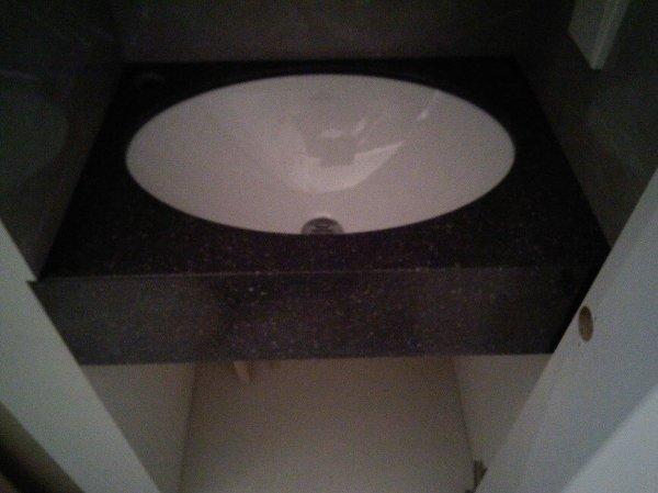 Прямая столешница-мойка в ванную