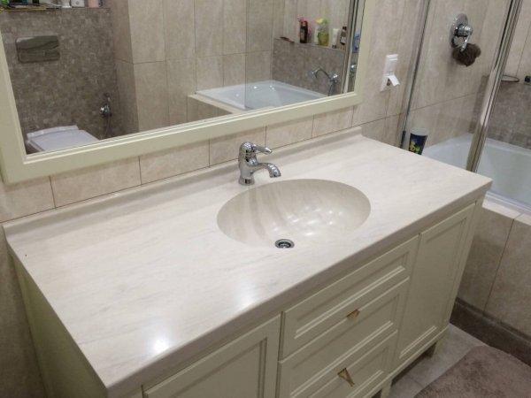 Белая прямая столешница с мойкой в ванную