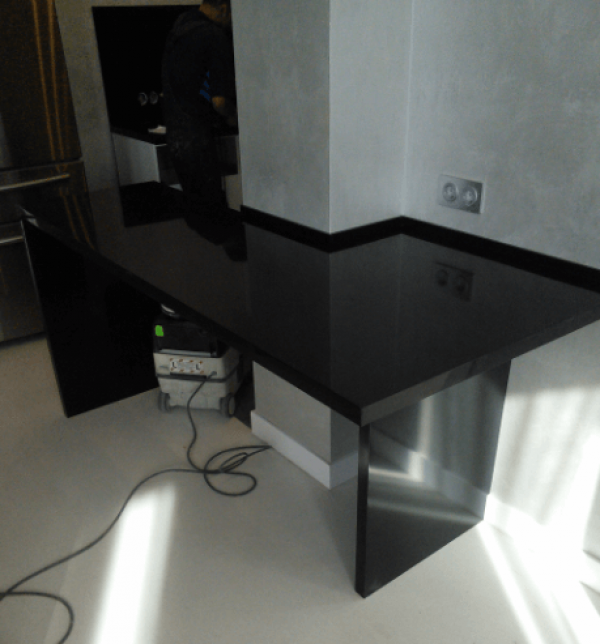Угловая черная столешница на кухню